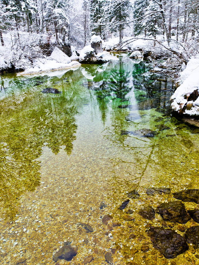 Vinterreflexioner i en långsam bergström fotografering för bildbyråer