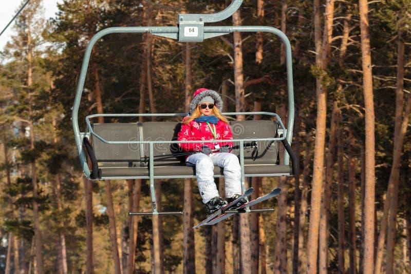 Vintersäsong Ski Lift royaltyfria foton