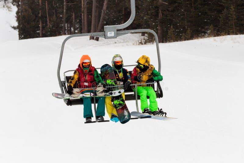 Vintersäsong Ski Lift och folk arkivbilder