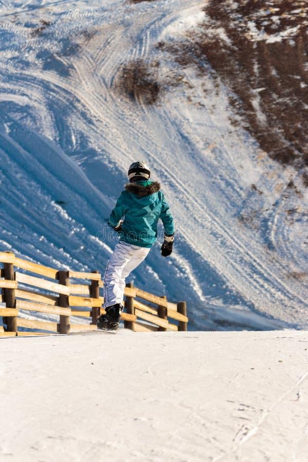 Vintersäsongfolk och landskapskidåkning arkivbilder