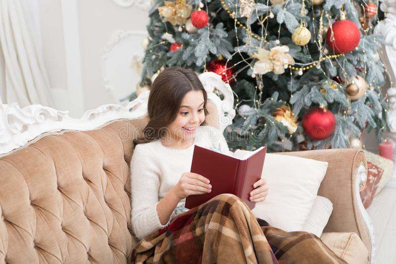 Vintersemester Magisk atmosfär Fantasy genre Boklagringskoncept Litteratur om barn Winter wonderland Bekvämt royaltyfria bilder
