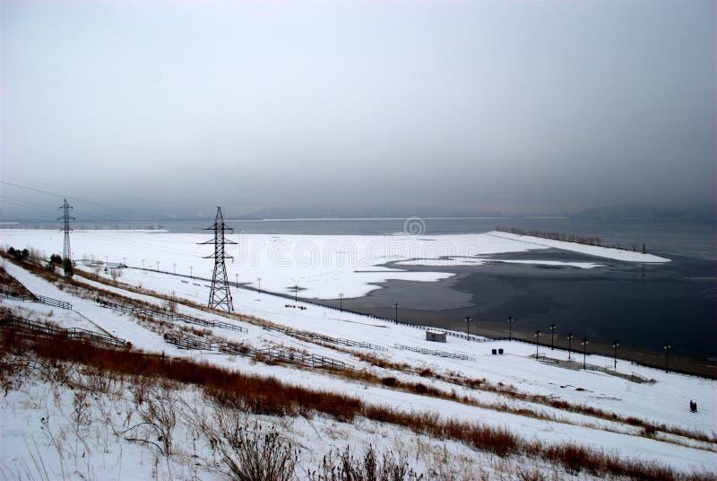 Vintersikt av invallningen av staden av Togliatti, det djupfrysta Volgaet River och de Zhiguli bergen royaltyfria foton