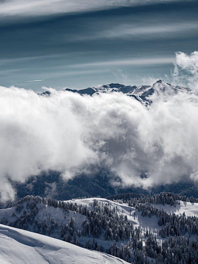 Vintersikt av Kaukasus berg nära Krasnaya Polyana, Sochi, Ryssland royaltyfri fotografi