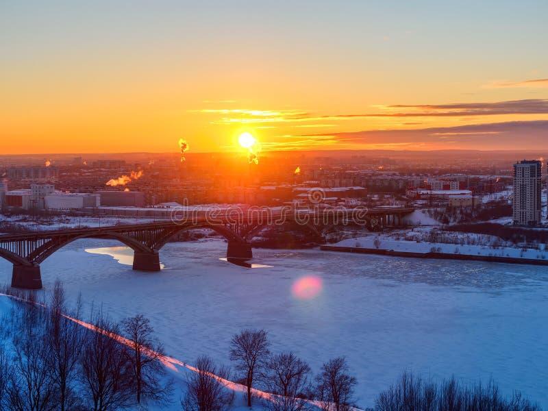 Vintersikt av solnedgången i Nizhny Novgorod royaltyfri bild