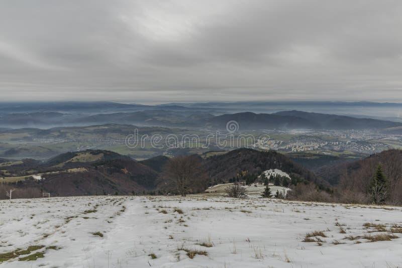 Vintersikt från den Pansky Diel kullen över den Banska Bystrica staden royaltyfria bilder