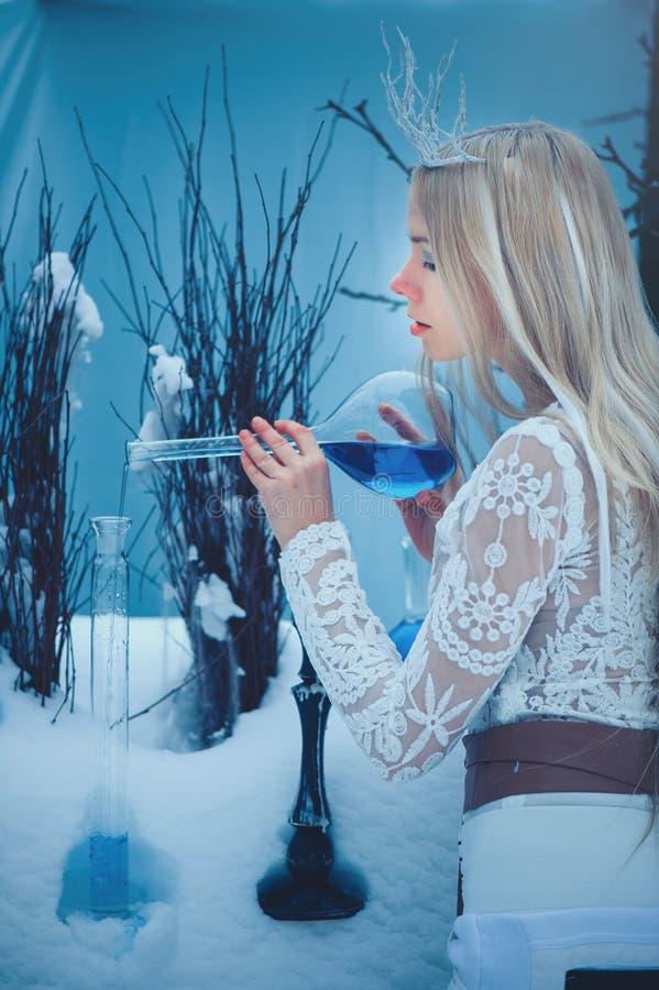Vinterskönhetkvinna Härlig flicka för modemodell med exponeringsglasflaskafrisyren och smink i vinterlaboratorium Festlig makeup  royaltyfri bild