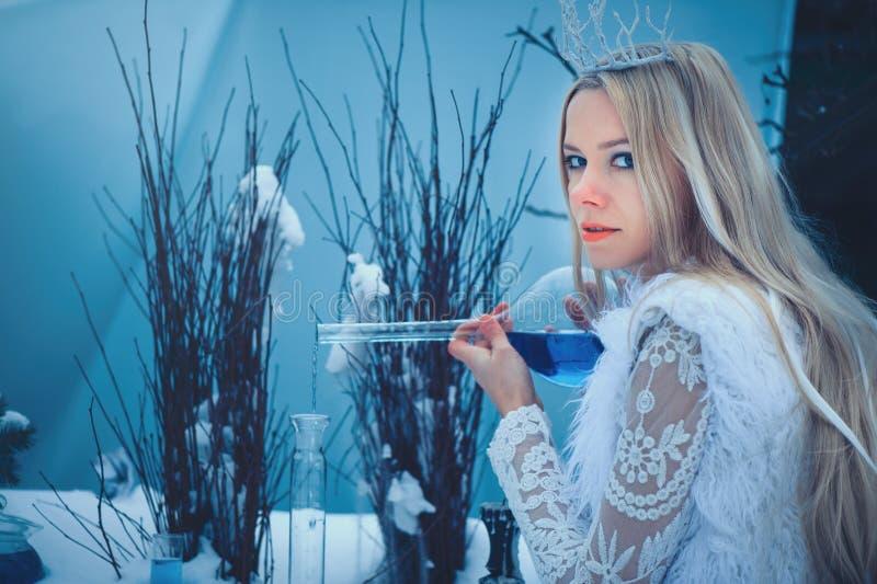 Vinterskönhetkvinna Härlig flicka för modemodell med exponeringsglasflaskafrisyren och smink i vinterlaboratorium Festlig makeup  arkivfoton