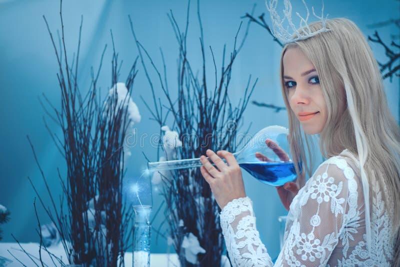 Vinterskönhetkvinna Härlig flicka för modemodell med exponeringsglasflaskafrisyren och smink i vinterlaboratorium Festlig makeup  royaltyfria foton