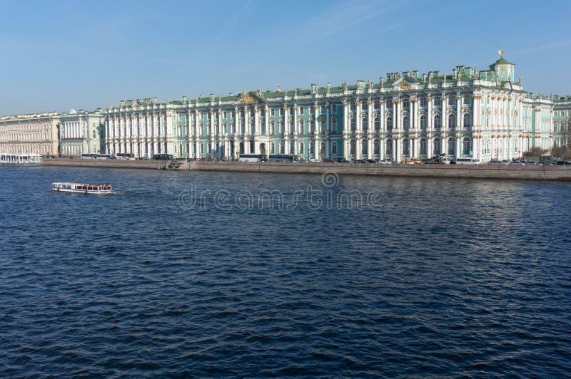 Vinterslott i solsommardag petersburg Ryssland arkivfoto