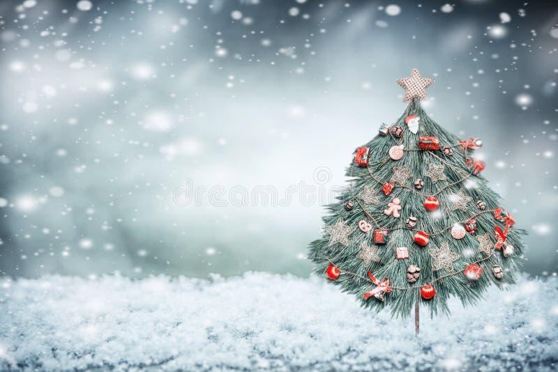 Vintersnöbakgrund med den dekorerade julgranen royaltyfri bild