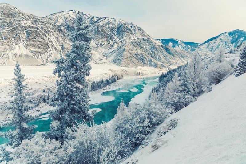 Vintersnöflod i berg River Valley för snövinterberg landskap Vintersnöflod i vintersnöberg arkivfoto