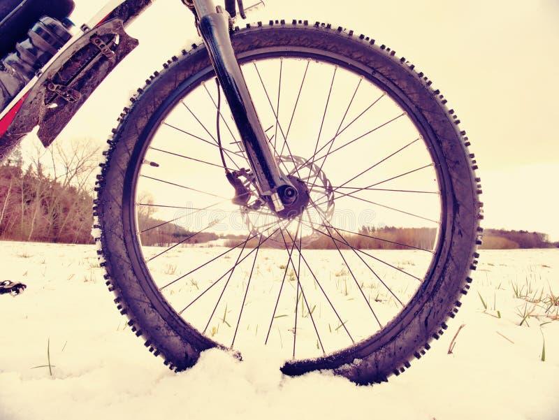 Vintersnöridning på mountinecykeln Extremt väder, hal väg i fältet, slutsikt royaltyfri fotografi