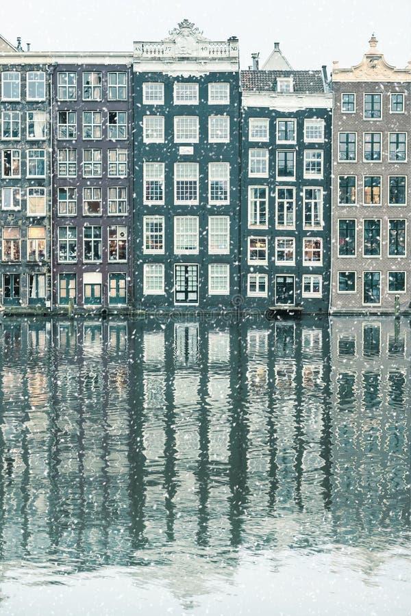 Vintersnösikt av holländska kanalhus i Amsterdam royaltyfri fotografi