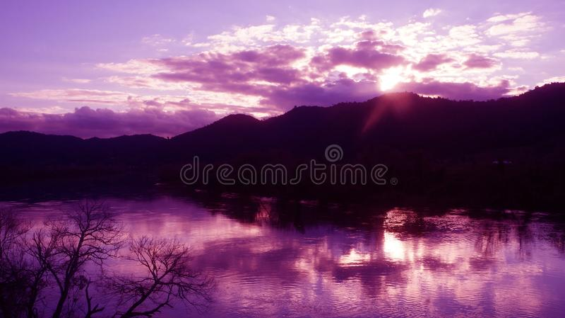 Vintersolnedgång över den Waikato floden royaltyfri fotografi