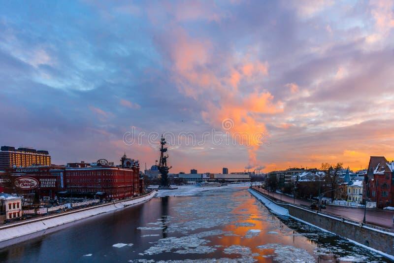 Vintersolnedgång över Moskvafloden arkivfoto