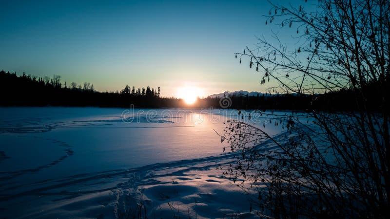 Vintersolnedgång över sjön royaltyfri fotografi