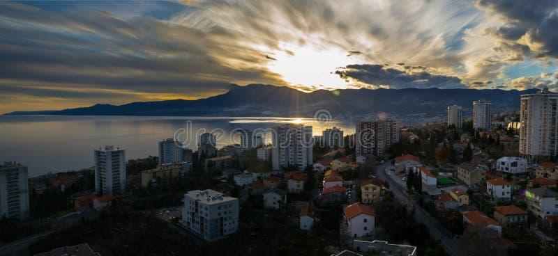 Vintersolnedgång över staden royaltyfria foton