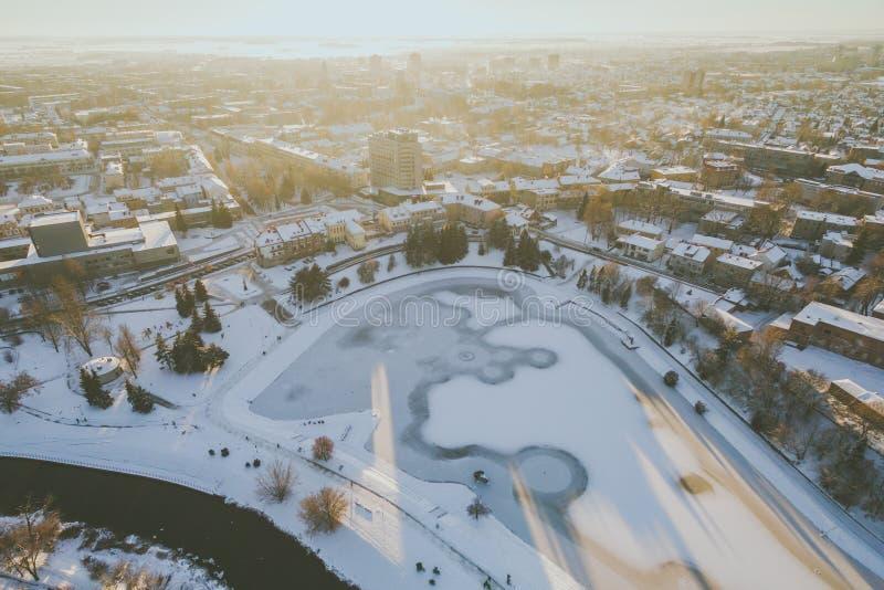 Vintersolnedgång i Panevezys, Litauen arkivfoto