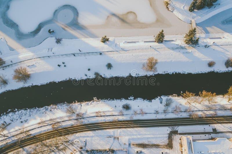 Vintersolnedgång i Panevezys, Litauen arkivbild