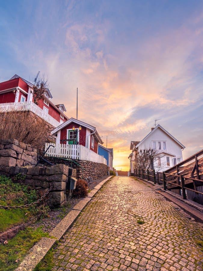 Vintersolnedgång i pittoreska Fjällbacka royaltyfri fotografi