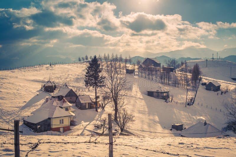 Vintersolnedgång med berg i Transylvania royaltyfri fotografi