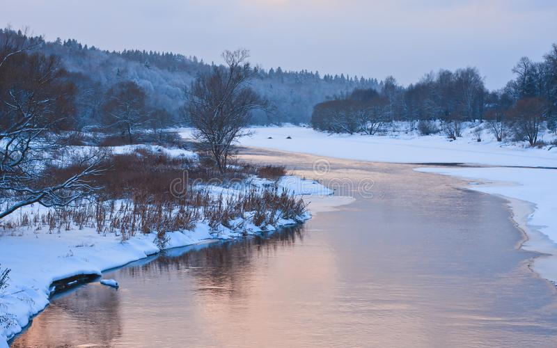 Vintersolnedgång på den Moskva floden royaltyfri foto
