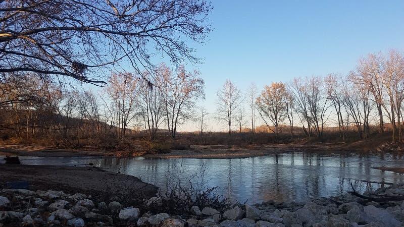 Vintersolnedgång på floden arkivfoto