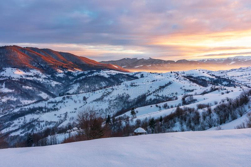 Vintersoluppgång i berg arkivfoton