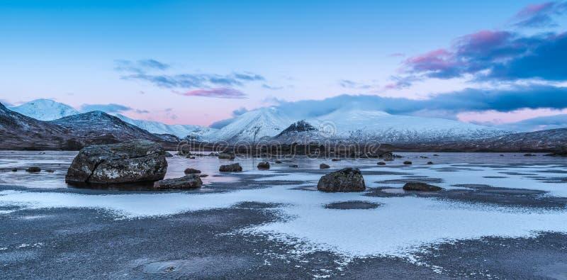 Vintersoluppgång på Lochan na-h-achlaise royaltyfria foton