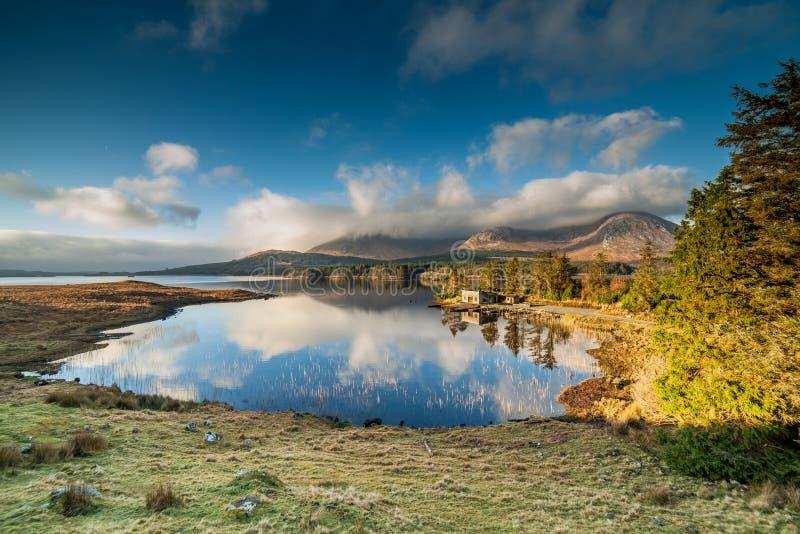 VintersoluppgångInagh dal, Connemara, Irland royaltyfria foton