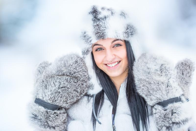 Vinterstående av den attraktiva unga kvinnan i varma kläder från polar räv royaltyfri fotografi