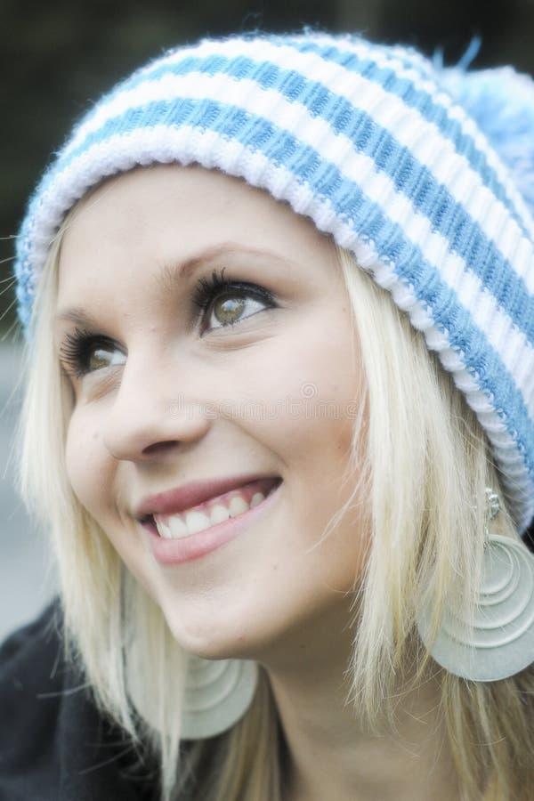 Vinterstående av den härliga le flickan fotografering för bildbyråer