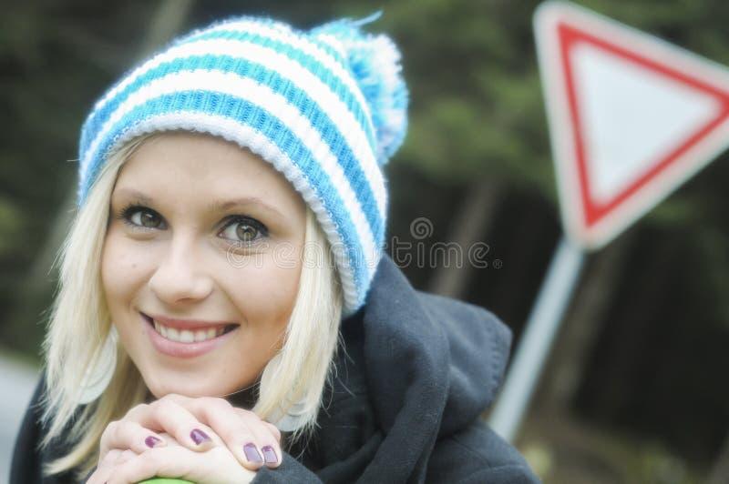 Vinterstående av den härliga le flickan royaltyfri bild
