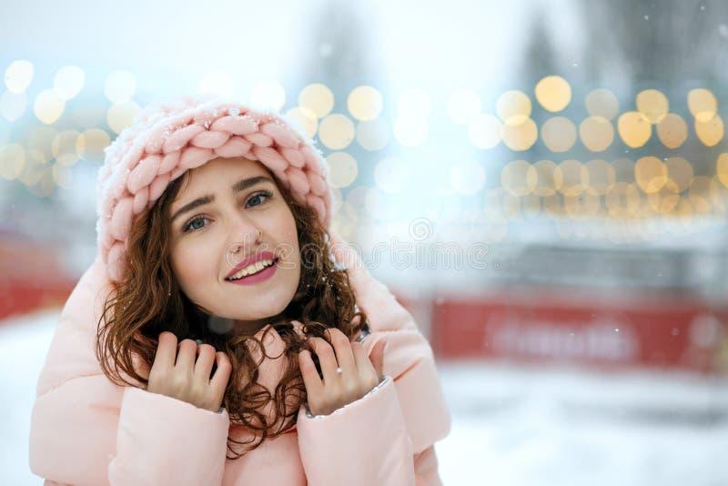 Vinterstående av den unga damen för gullig brunett som bär den varma moderiktiga dräkten som går på julmässan i Kyiv Utrymme för  royaltyfri bild