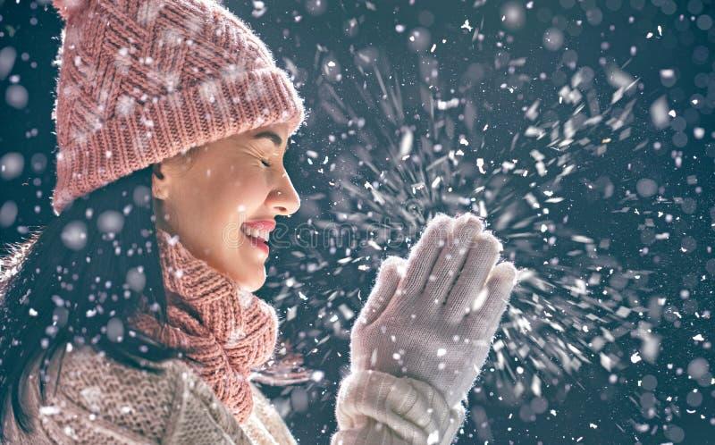 Vinterstående av den unga kvinnan royaltyfri foto