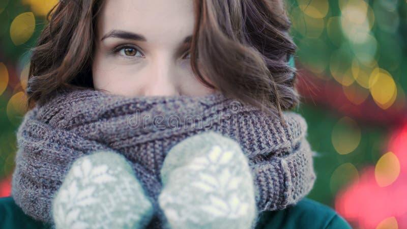 Vinterstående av en ung härlig flicka på gatorna av en europeisk stad Närbild av den härliga unga kvinnan med arkivbild