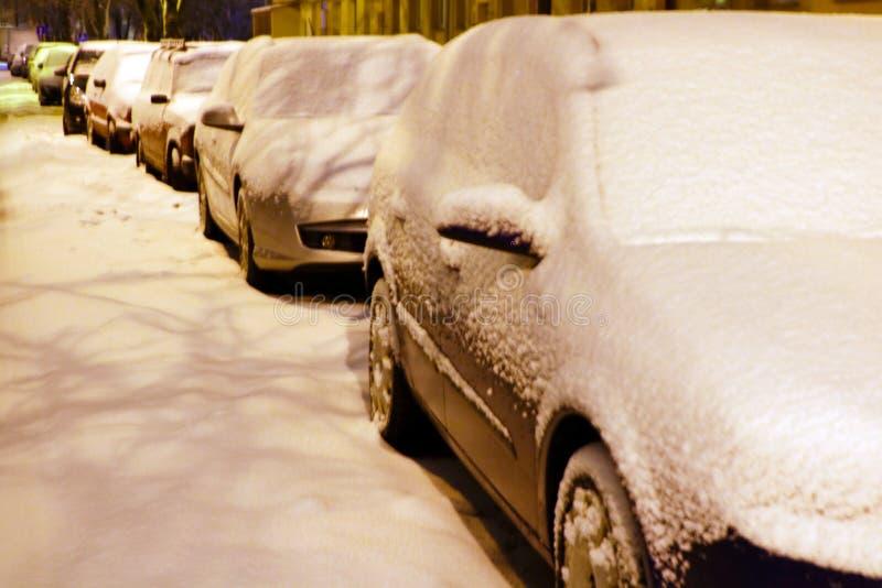 Vinterstad, drivor på vägarna, bilar i snön och snödrivorna fotografering för bildbyråer