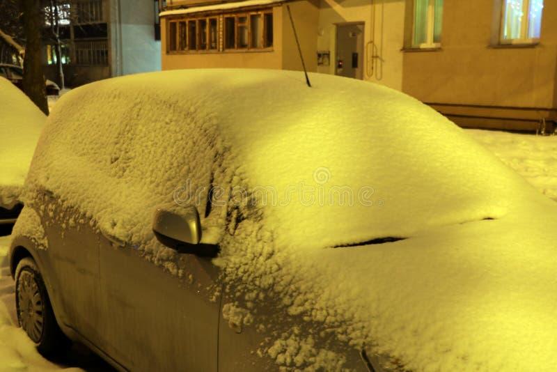 Vinterstad, drivor på vägarna, bilar i snön och snödrivorna royaltyfria foton