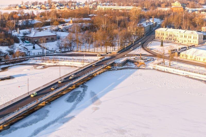 Vinterstad som är vald hamnstaden av Ryssland på den finlandssvenska fjärdbron till och med den djupfrysta vattensikten från upp royaltyfria bilder