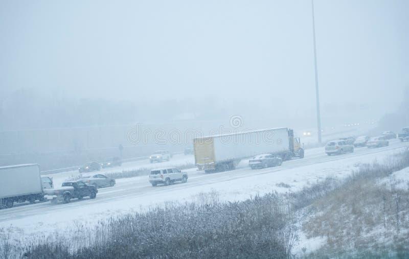 Vinterstorm på huvudvägen arkivfoton