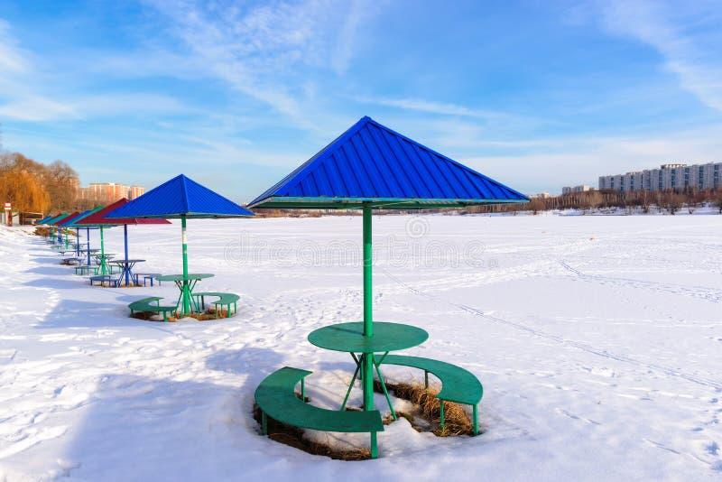 Vinterstrand med ett strandparaply royaltyfri fotografi
