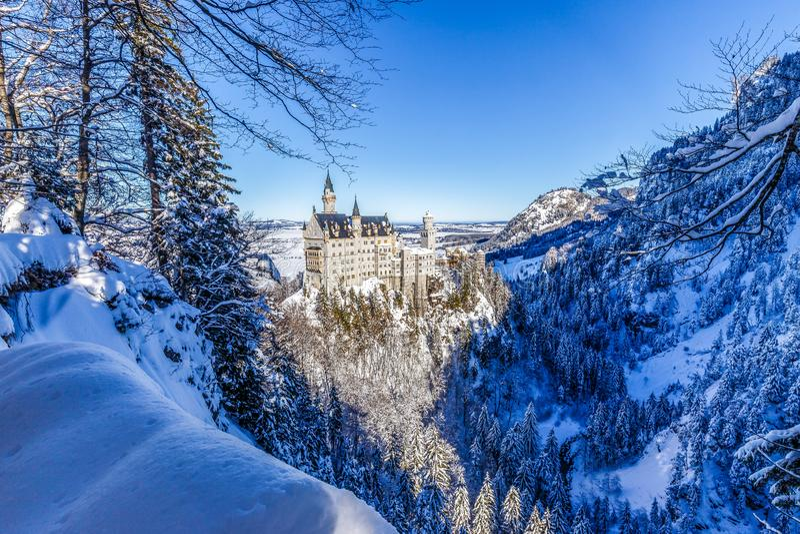 Vinterunderland på den Neuschwanstein slotten royaltyfri fotografi