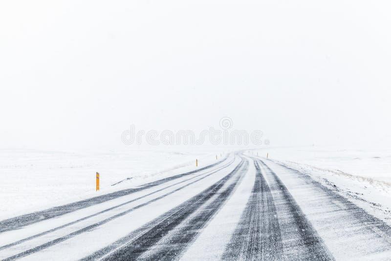 Vinterväg som täckas med snö, Island royaltyfri foto
