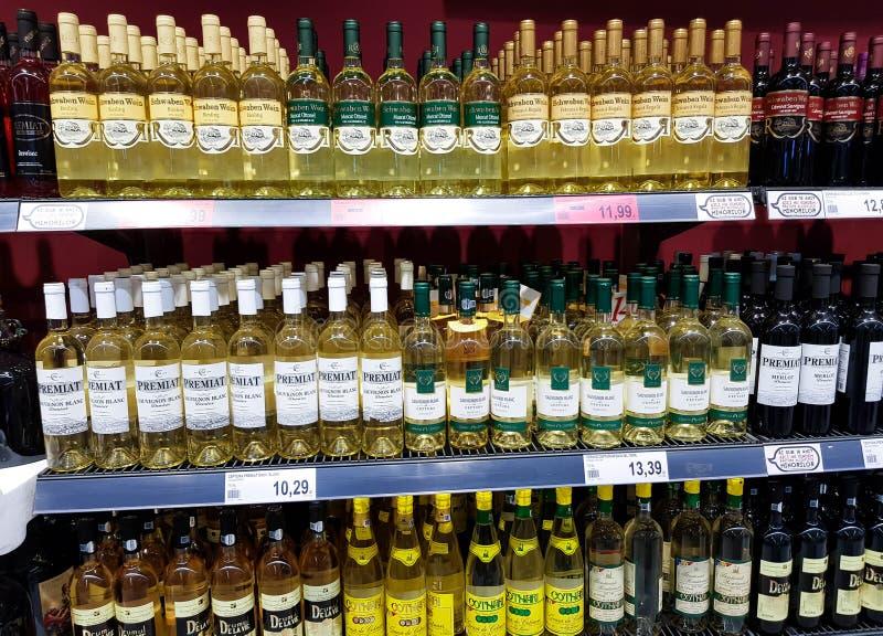 Vinvariation på det lokala supermarketslutet upp skott royaltyfria bilder