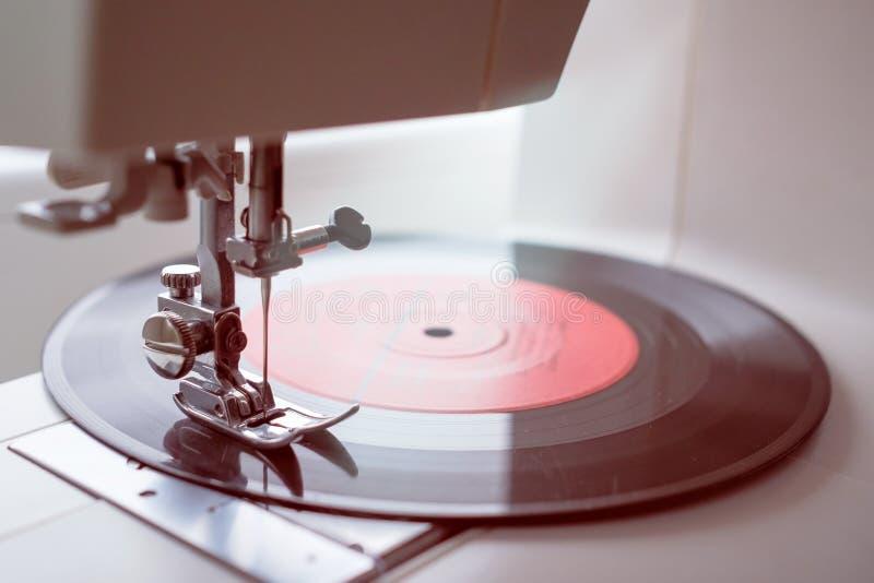Vinyl auf Nähmaschine Wie man altes Materialkonzept verwendet lizenzfreies stockfoto