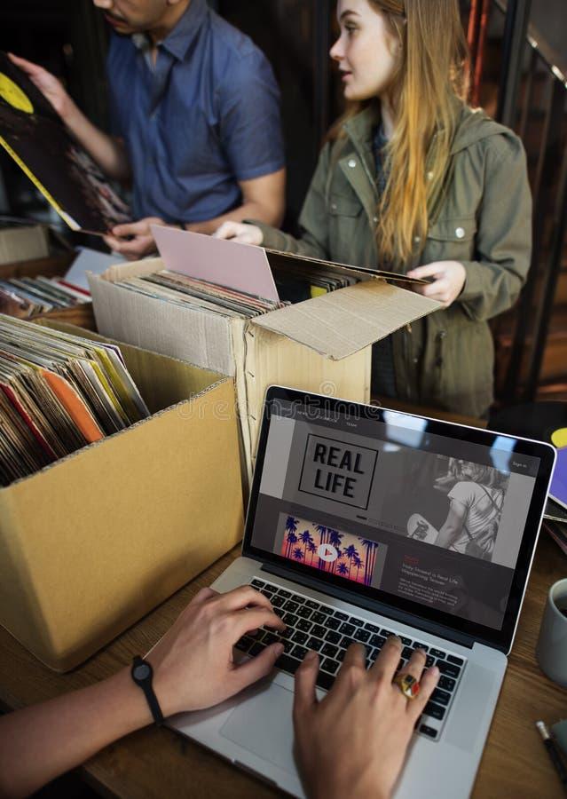 Vinyl de Muziek van de Verslagopslag het Winkelen Oldschool Klassiek Concept stock afbeelding