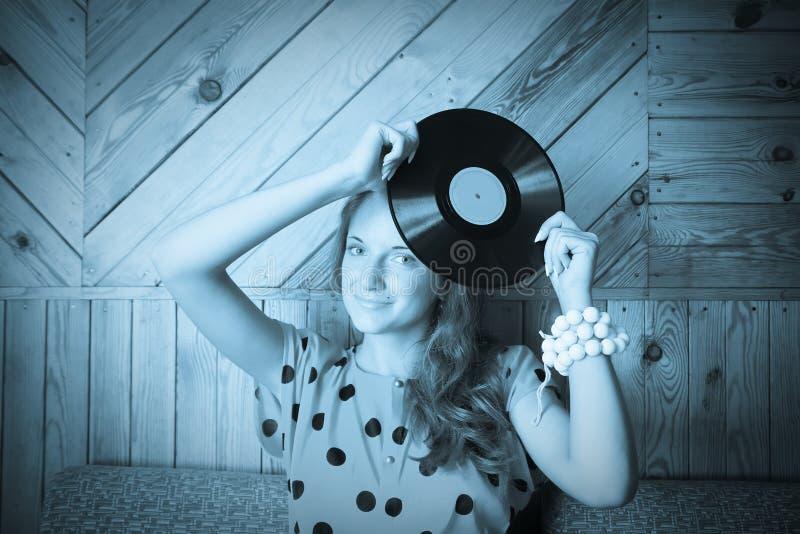 vinyl för tappning för flickaplattalokal royaltyfria bilder