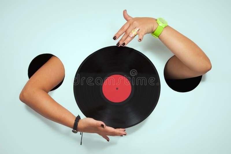 Vinyl i kvinnliga händer arkivbilder