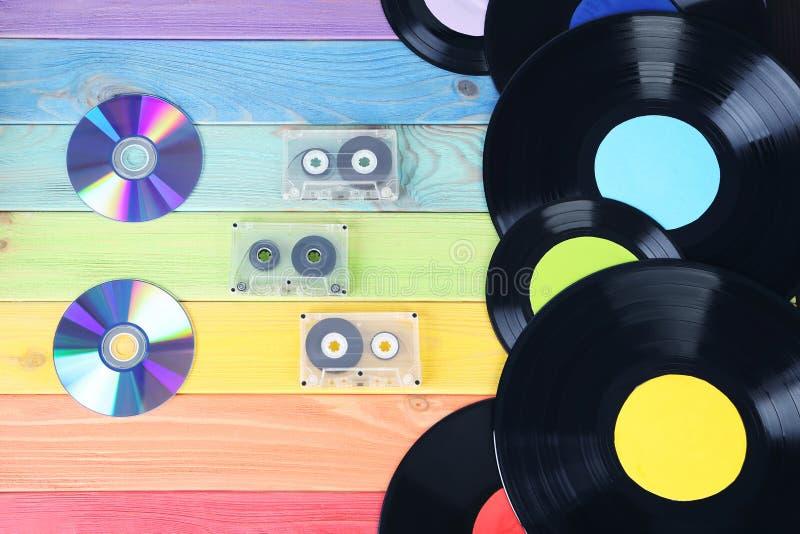 Vinyl mit Kassetten und CD-Scheibe stockfotografie