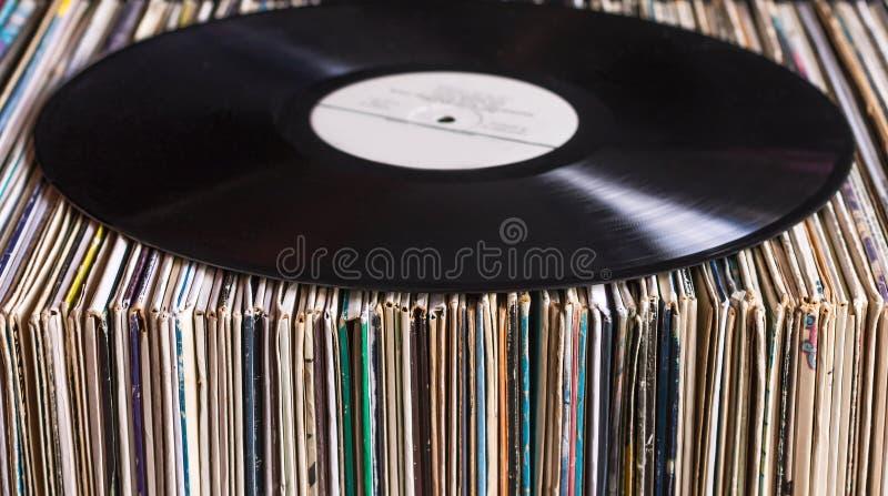 Vinylaufzeichnung auf der Sammlung von Alben stockfoto